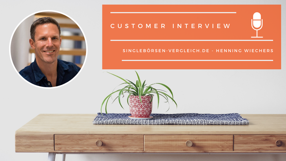 """Excellent.org: a plant on a table in the background, picture of Henning Wiechers an a banner with the text """"Customer interview with Henning Wiechers from singlebörsen-vergleich.de"""""""