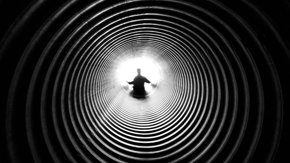Excellent.org: Human in a tunnel - symbolize the trust funnel