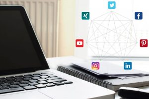 Excellent.org explains the optimal target group for viral marketing, the picture shows a laptop and social media networking