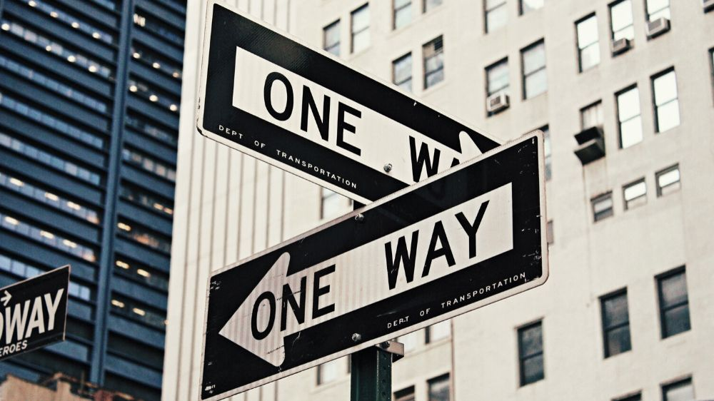 Excellent.org explains the principles for a good online store navigation and gives tips, on the picture is a street sign, which points in different directions